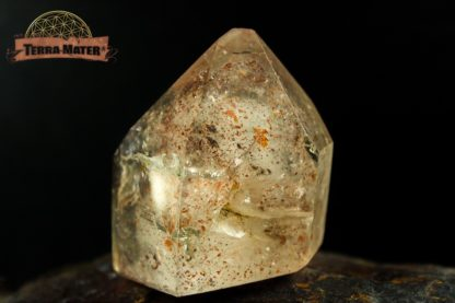 Cristal de roche surfacé à fantôme et inclusion d'hématite et titane